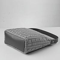Удобная ручка, внутренний карман на молнии и подкладка.  Материал: акрил.